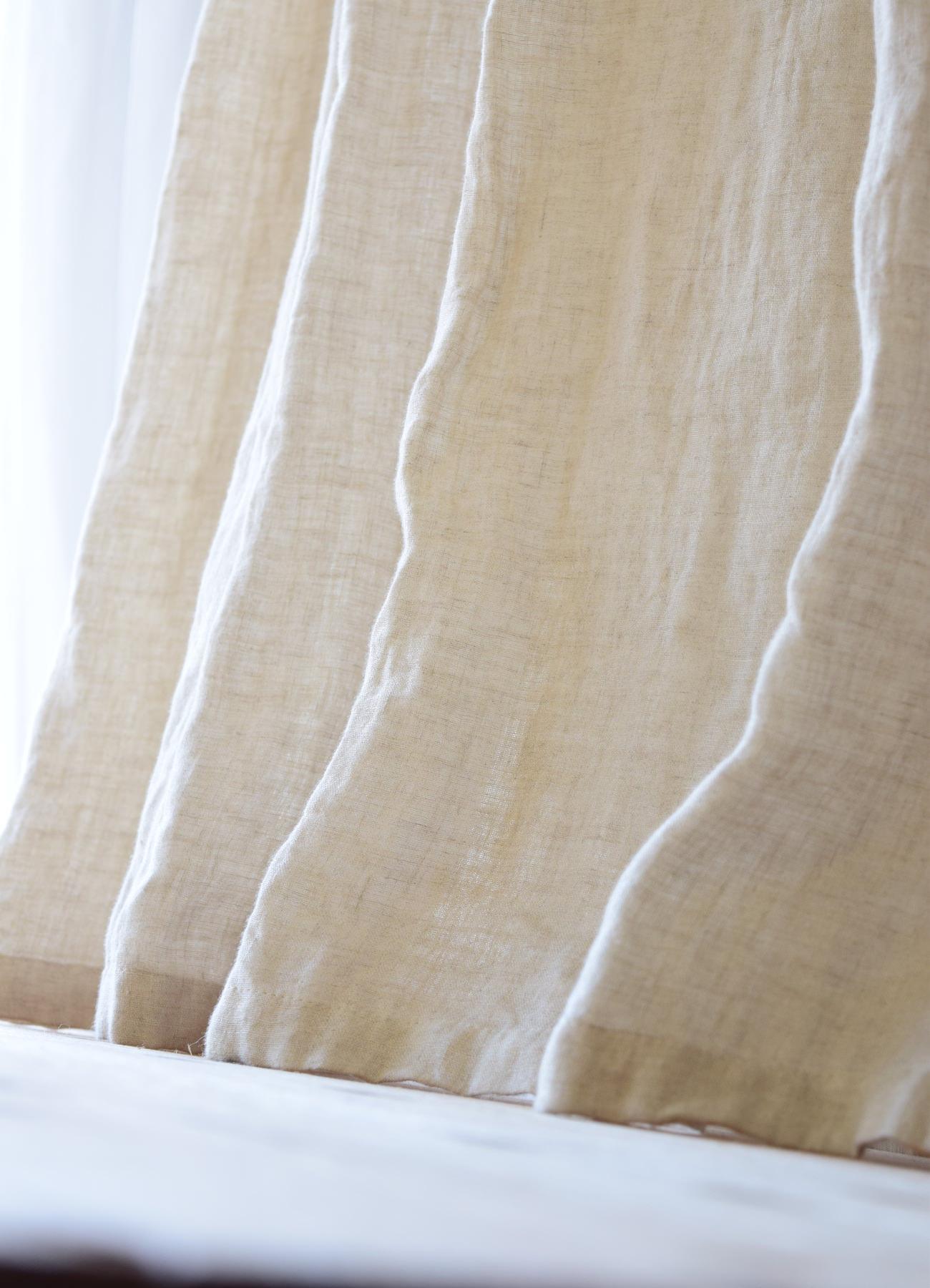 大きな窓のカーテン