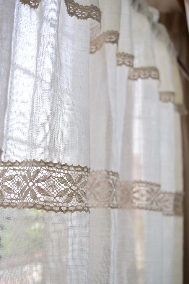 小窓のカフェカーテン