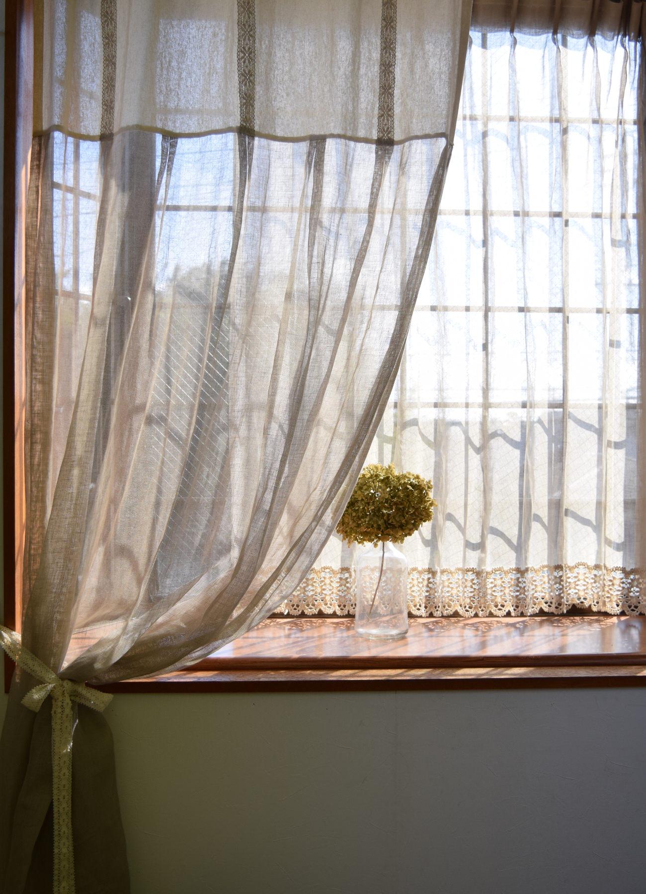 リネンレースカーテン束ねた写真